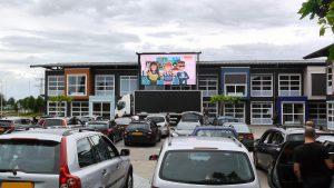 groot scherm en geluid tijdens school musical drive in nijmegen gelderland